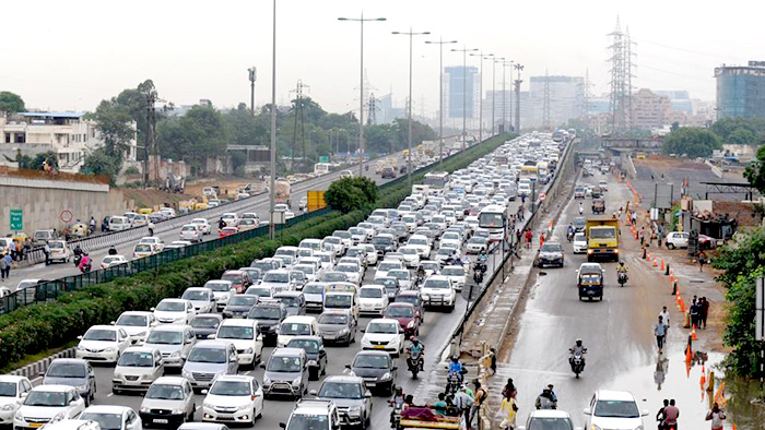 Traffic moving slowly on the Delhi-Gurgaon expressway.(Parveen Kumar/HT Photo)